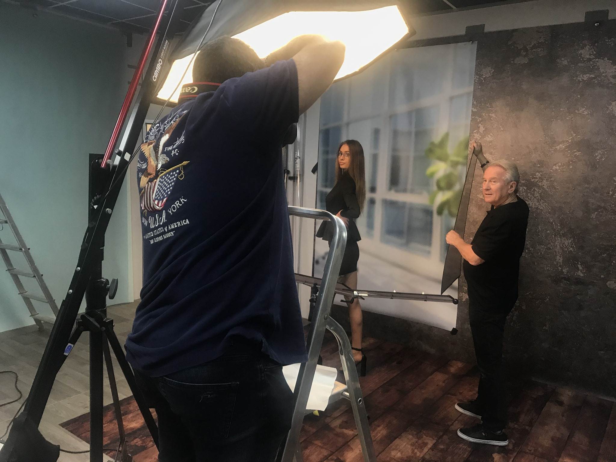 Demonstrating how to use one photographic light in Studio lighting training